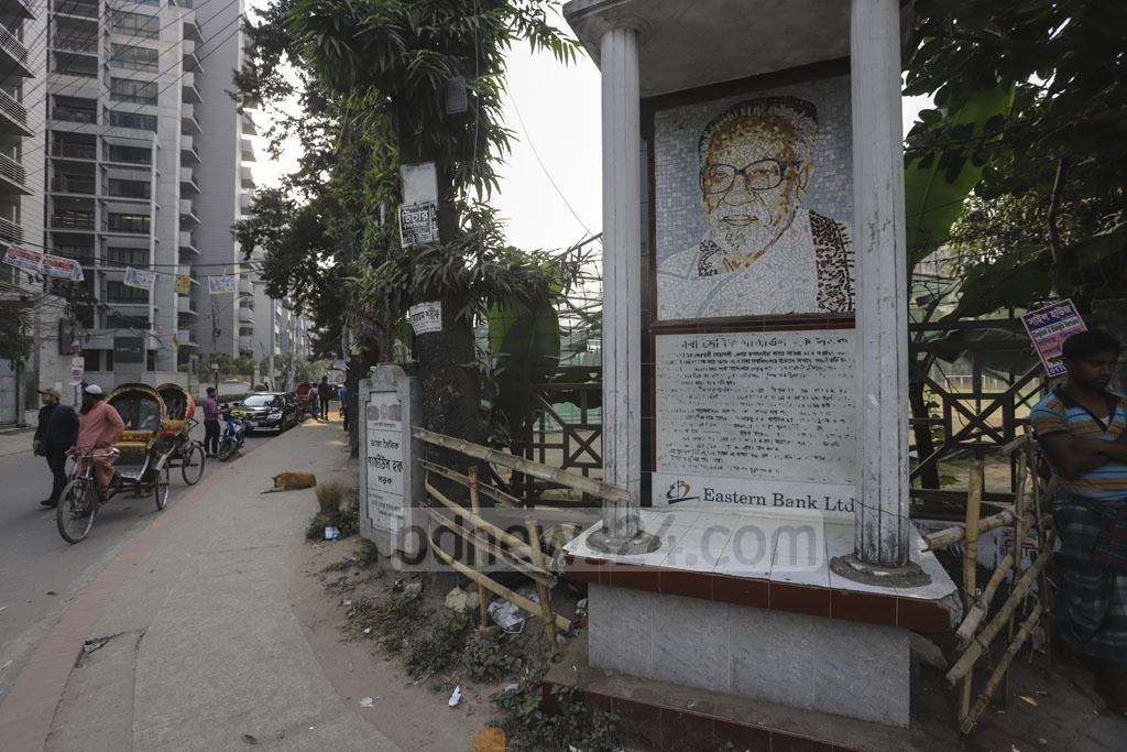 Although the mural of language movement hero Gaziul Haque is still visible, his details have vanished from the nameplate at Dhanmondi road no. 8. Photo: Asif Mahmud Ove