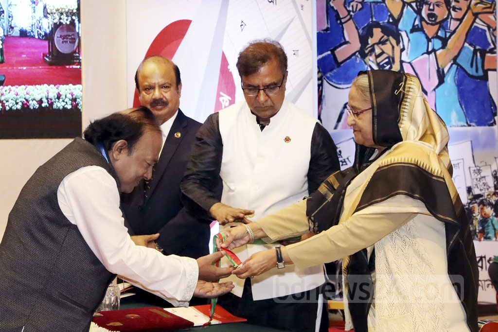 Zafar Wazed, the director general of the Press Information Bureau, receiving the Ekushey Padak from Prime Minister Sheikh Hasina for his contribution to journalism.