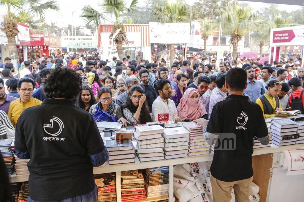Huge crowds of people streamed to the Amar Ekushey Book Fair in Dhaka on Friday after paying tributes to the Language Movement martyrs at the Central Shaheed Minar.