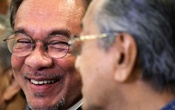 Malaysian politician Anwar Ibrahim looks at Malaysia's Prime Minister Mahathir Mohamad during a news conference in Putrajaya, Malaysia, Nov 23, 2019. REUTERS