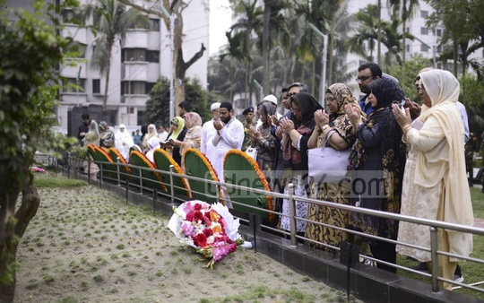 Relatives of army officers, who were killed in the BDR mutiny 11 years ago, pay respects to their loved ones at Dhaka's Banani Graveyard on Tuesday.