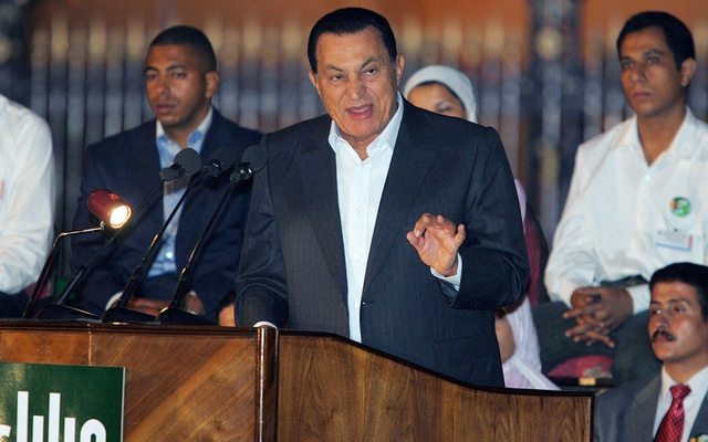 Egyptian President Hosni Mubarak speaks to supporters during a rally in Cairo, Egypt Sept 4, 2005. REUTERS