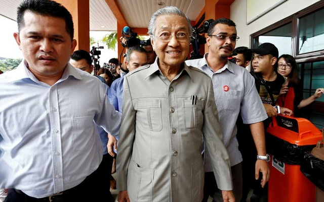 FILE PHOTO: Former Malaysian Prime Minister Mahathir Mohamad arrives to visit jailed opposition leader Anwar Ibrahim, who is recuperating from surgery, at Cheras Rehabilitation Hospital in Kuala Lumpur, Malaysia January 10, 2018. REUTERS