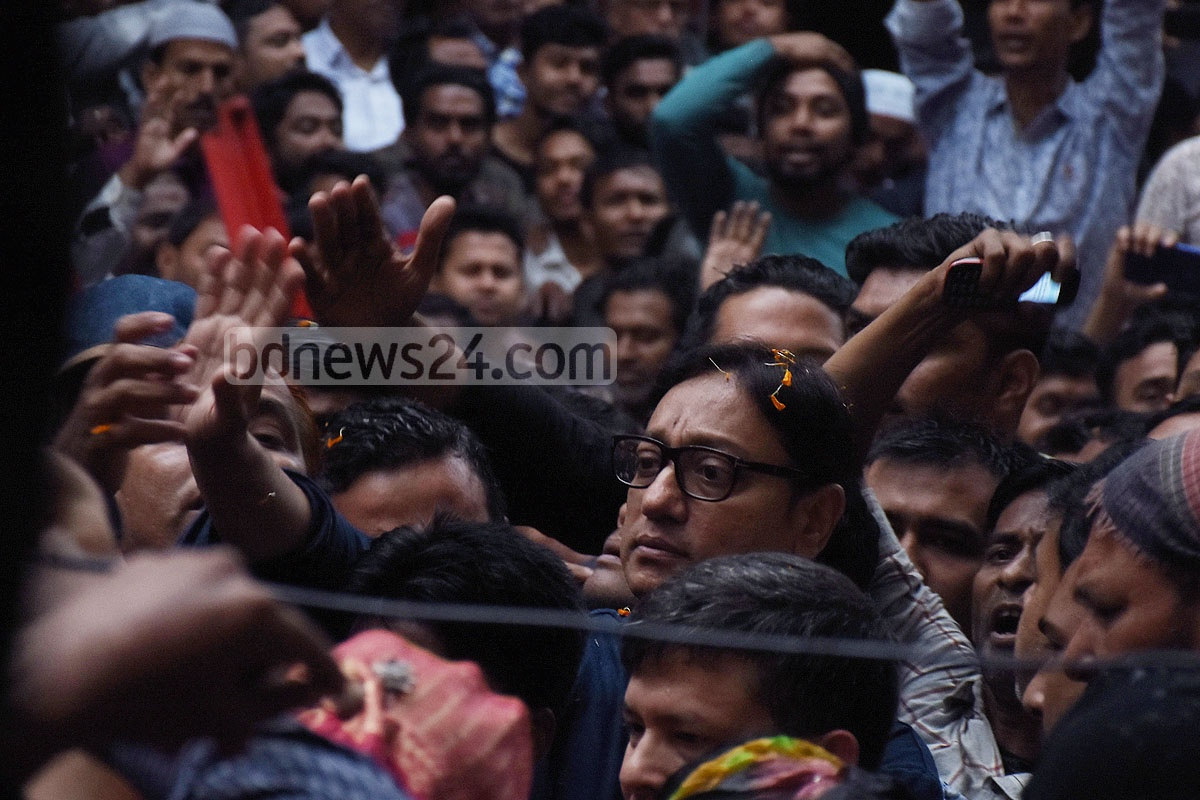 The BNP leaders and activists in Chattogram organised a reception for its mayoral candidate Shahadat Hossain outside its local office Nasiman Bhaban on Wednesday. Photo: Suman Babu