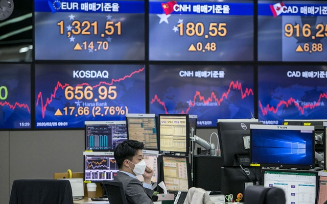 A trader wears a mask inside a stock exchange area at Hana Bank in Seoul, South Korea, on Tuesday, Feb 25, 2020. The New York Times