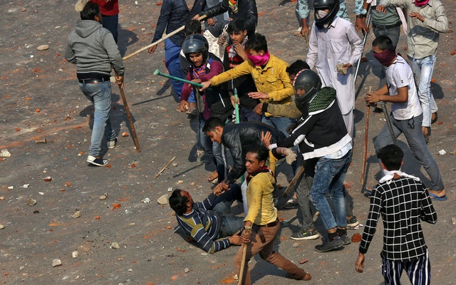 A man is beaten during a clash between people supporting a new citizenship law and those opposing the law in New Delhi, India, February 24, 2020. Picture taken Feb 24, 2020. REUTERS/Danish Siddiqui