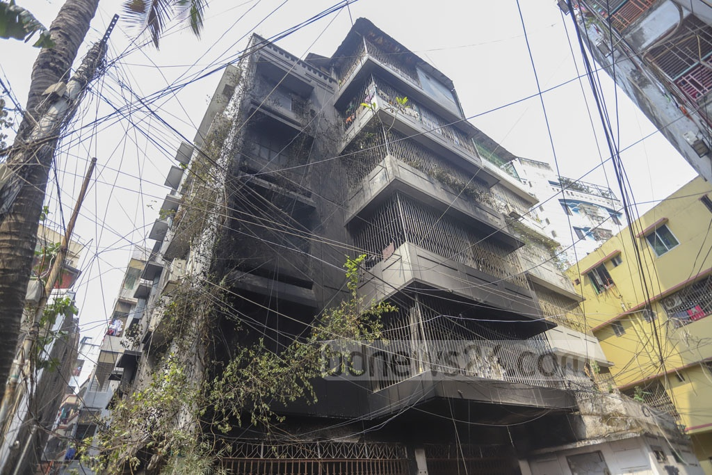 Three people, including a child, died from burns and suffocation when a five-storey residential building in Dhaka's Eskaton caught fire on Thursday early morning. Photo: Asif Mahmud Ove