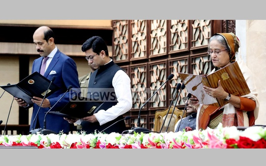 Newly elected mayors, Atiqul Islam and Fazle Noor Taposh, and councillors in Dhaka's bifurcated city corporations take oaths at Shapla Hall in the Prime Minister's Office on Thursday. Photo: Saiful Islam Kallol