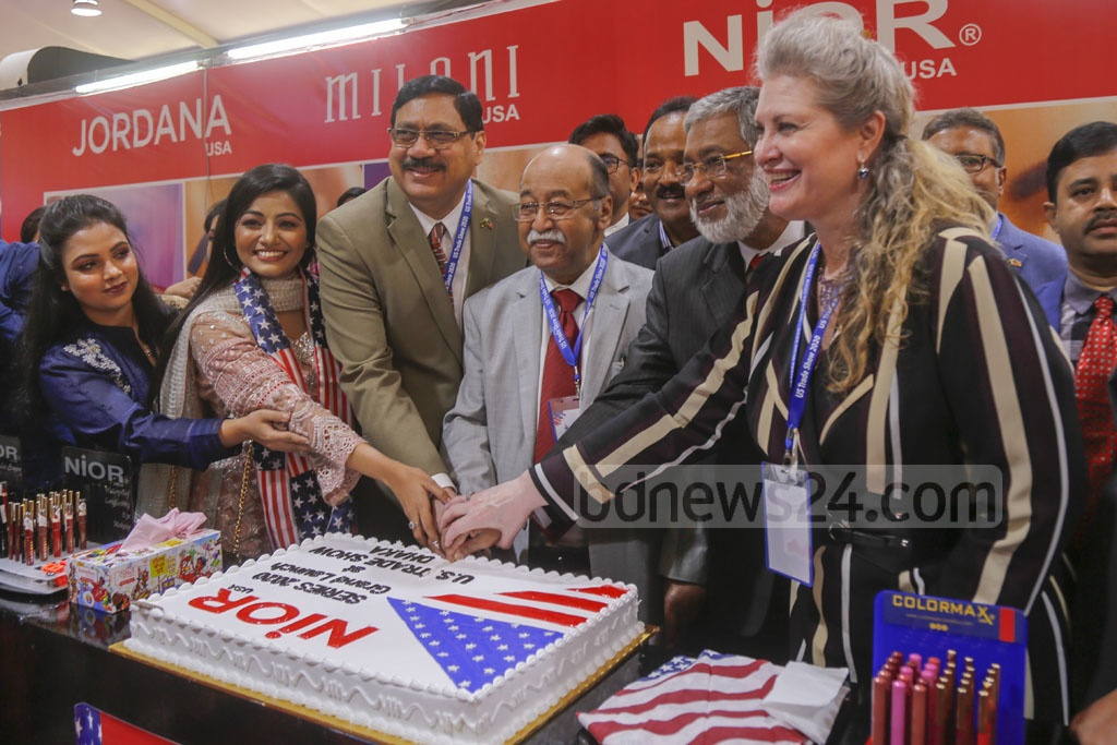 Industries Minister Nurul Majid Mahmud Humayun, and Charge d'affaires of the US Embassy JoAnne Wagner inaugurate a three-day long US Trade Show 2020 by cutting a cake at the Pan Pacific Sonargaon Hotel in Dhaka on Thursday. Photo: Mahmud Zaman Ovi