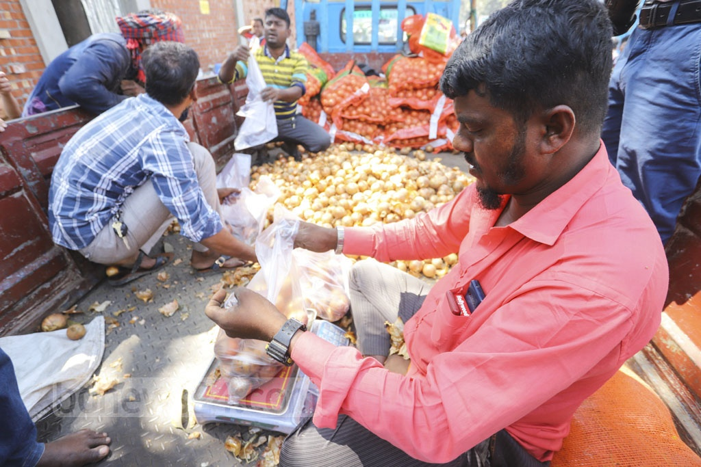 TCB is selling onions exported from Egypt, Turkey and Pakistan through its dealers at Tk 35 a kg. Photo: Asif Mahmud Ove