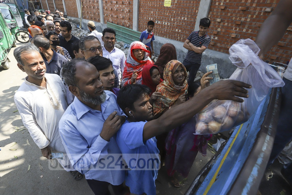 People of different ages queue at Khamarbari in Dhaka to buy onion from a TCB dealer. Photo: Asif Mahmud Ove