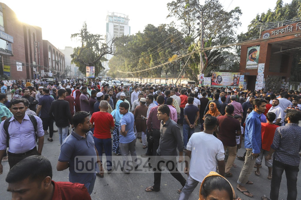 Residents of Amtali in Dhaka's Mohakhali block the street in front of the Titumir Government College on Saturday in protest against the murder of grocer Rafi Ahmed Shipu. Photo: Asif Mahmud Ove