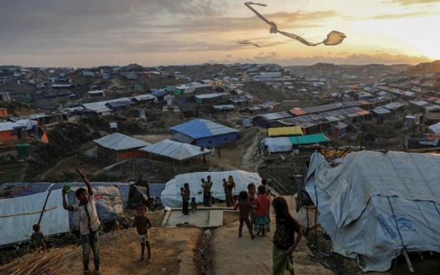 Rohingya refugee children fly improvised kites at the Kutupalong refugee camp near Cox's Bazar, Bangladesh Dec 10, 2017. REUTERS/FILE