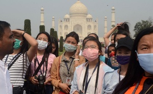 Tourists wearing protective masks are pictured at the historic Taj Mahal in Agra, India, Mar 3, 2020. REUTERS