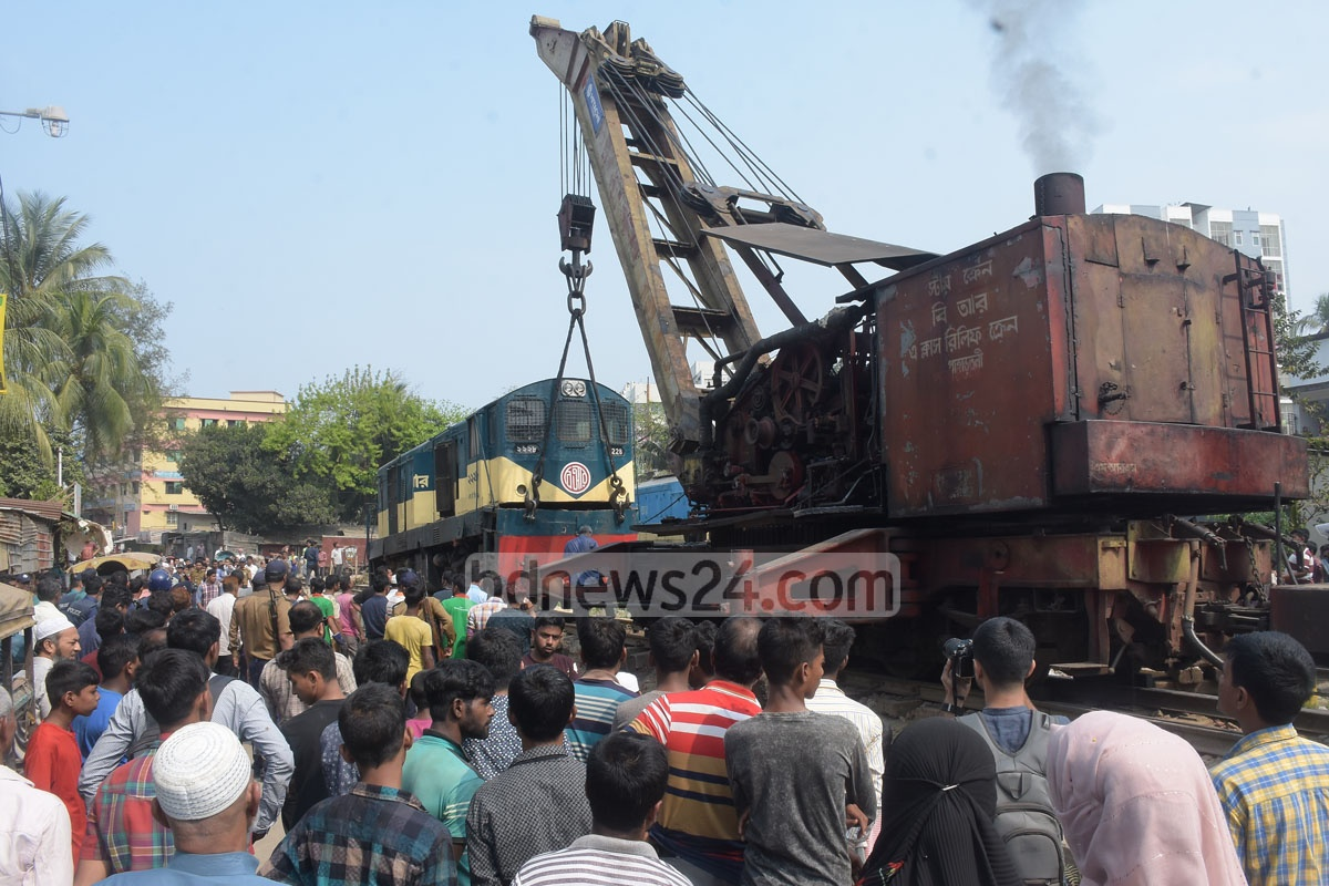 A shuttle train, carrying the students of Chittagong University, collided head-on with a cargo train at the port city's Sholoshahar Forest Gate on Wednesday, leaving two policemen and a train driver injured. Photo: Suman Babu