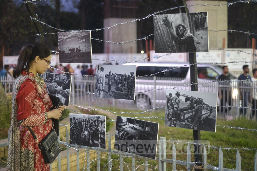 Photographer Parvez Ahmad Rony has organised an exhibition at the Raju Memorial Sculpture square at the Dhaka University expressing solidarity with student Nasir Abdullah, who has staged a sit-in to protest the killings of Bangladeshis on the border.