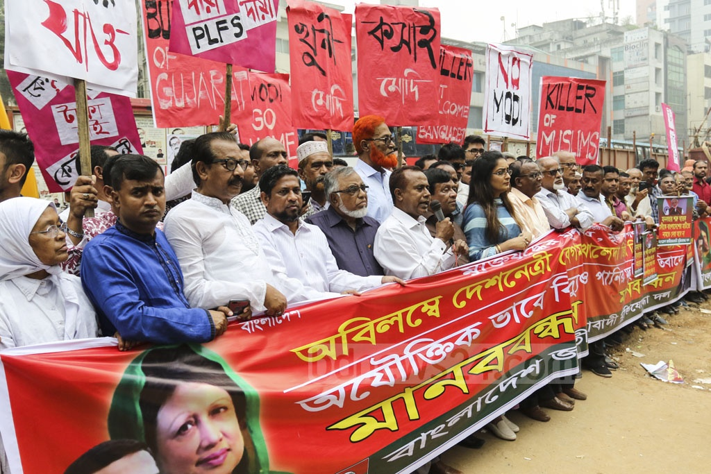 Members of the Jatiyatabadi Muktijoddha Dal formed a humna chain outside the National Press Club in Dhaka on Sunday demanding unconditional release of BNP chief Khaleda Zia and protesting against the hike in prices of power and water.