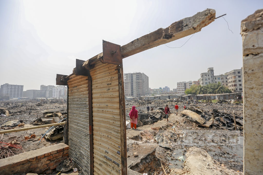 The dwellers of Jhilpar slum at Rupnagar in Dhaka's Mirpur are living on the street after a fire devastated hundreds of shanties last Wednesday. They said they were given some food on Thursday but nothing more arrived until Friday afternoon. Photo: Mahmud Zaman Ovi