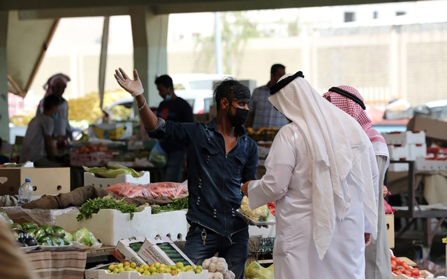 A Saudi man wearing a protective face mask sells fruit at a market, after Saudi Arabia imposed a temporary lockdown on the province of Qatif following the spread of coronavirus, in Qatif, Saudi Arabia March 9, 2020. Reuters