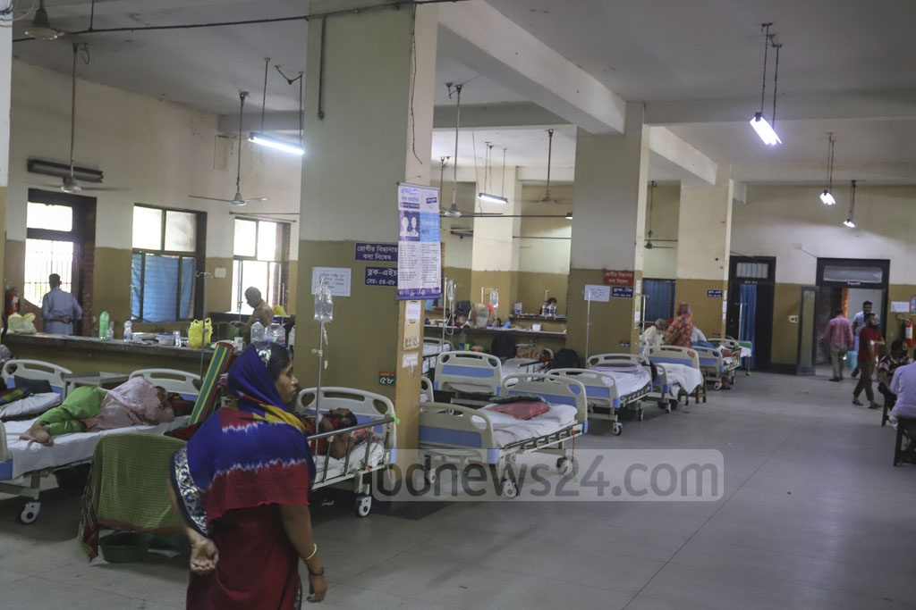 A patient fled a ward at the Shaheed Suhrawardy Medical College Hospital in Dhaka as the health workers were preparing to collect samples from him for coronavirus test. Photo: Asif Mahmud Ove