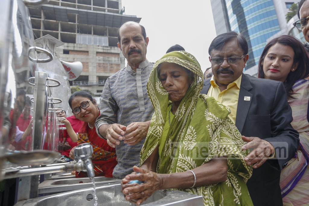 DNCC Mayor Atiqul Islam launches a hand-washing campaign to prevent coronavirus spread in Dhaka's Gulshan on Tuesday. Photo: Mahmud Zaman Ovi