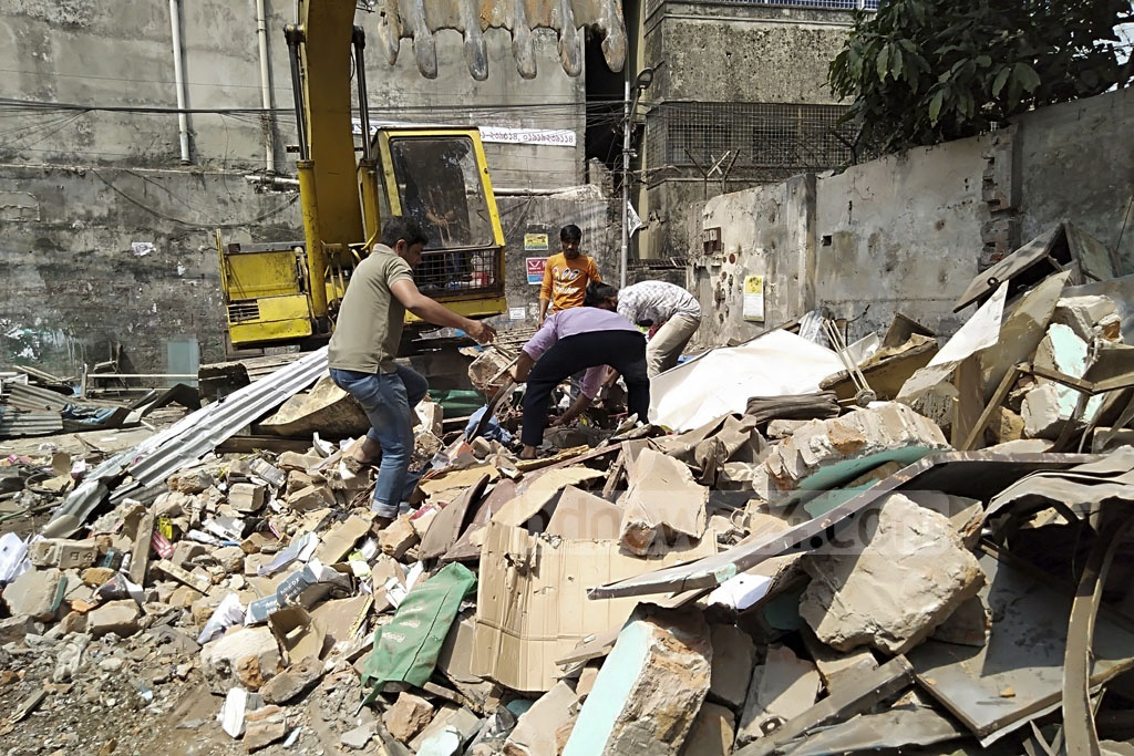 The land ministry bulldozed illegally built parts of the book market in Dhaka's Nilkhet on the ministry's land on Wednesday.