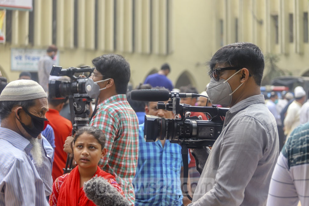 Journalists also wore face masks while covering Friday prayers at the capital's Baitul Mukarram National Mosque amid growing risks of coronavirus. Photo: Asif Mahmud Ove