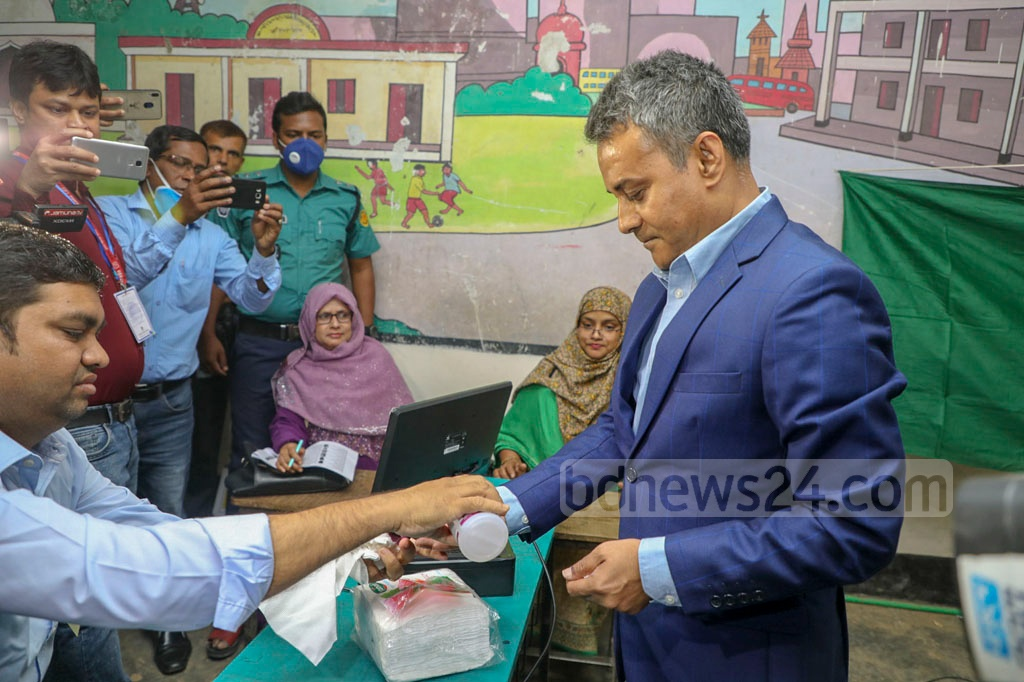 BNP candidate Sheikh Rabiul Alam casting his vote at Dhanmondi Government Primary School during Dhaka-10 by-election on Saturday.