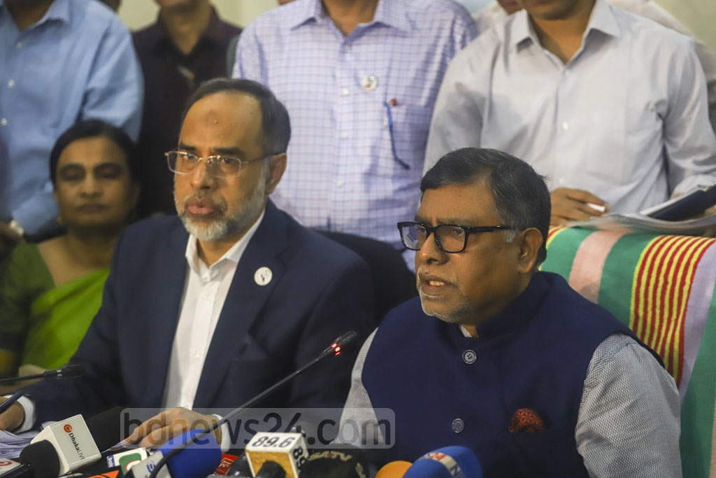 A huge crowd at Health Minister Zahid Malik's media briefing drew flak on Saturday as the government tries to contain the coronavirus outbreak by limiting gatherings and through advice of social distancing.