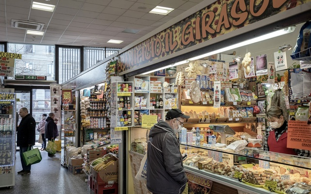 People shop at a market in the Darsena area in Milan, on Mar 21, 2020. British ear, nose and throat doctors, on Friday, Mar 20, called on adults who lose their senses of smell to isolate themselves for seven days, even if they have no other symptoms, citing reports from colleagues around the world, in effort to slow the coronavirus disease's spread. The New York Times