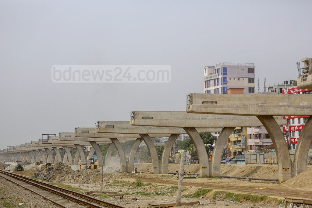 A view of pillars of the under-construction Dhaka Elevated Expressway in Khilkhet. Photo: Mahmud Zaman Ovi