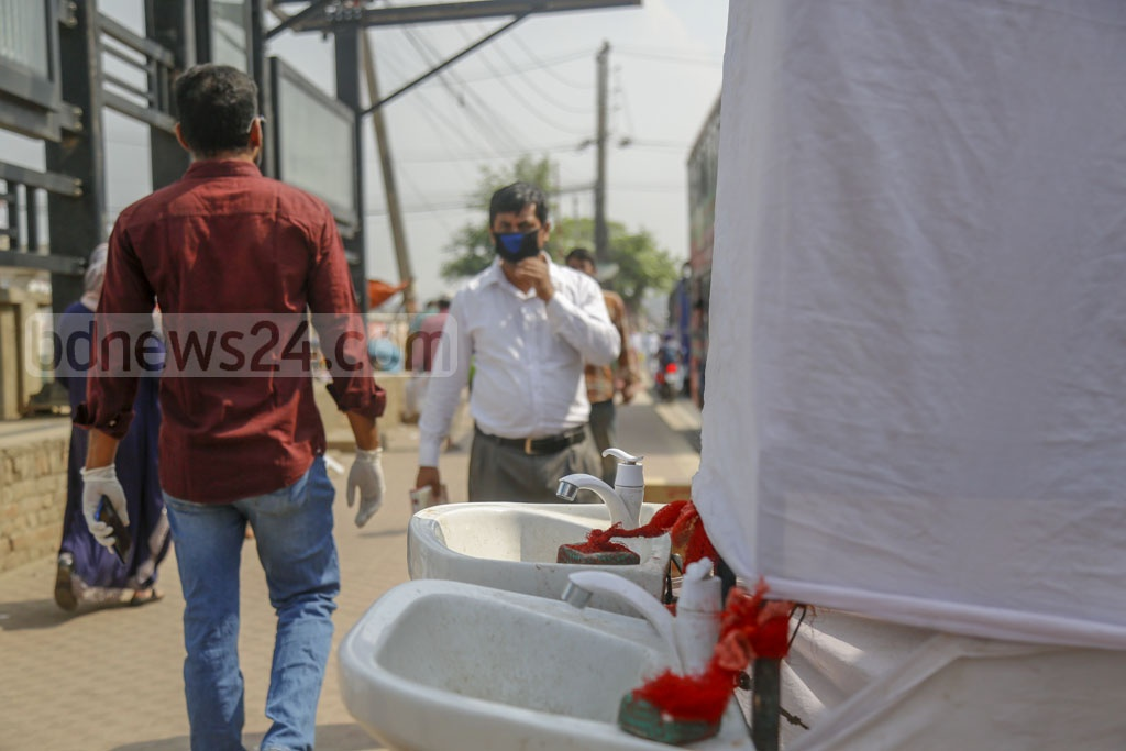 Dhaka North City Corporation has made arrangements for the pedestrians to wash their hands at 25 spots amid a coronavirus outbreak. But some of these had no water and soap and the basins were dirty on Monday, a week after the launch of the service. Photo: Mahmud Zaman Ovi