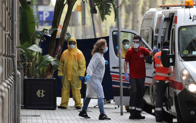 Medical workers are seen outside the Cotton House Hotel, prepared to host patients with mild symptoms or asymptomatic of coronavirus disease (COVID-19), in Barcelona, Spain March 23, 2020. Reuters