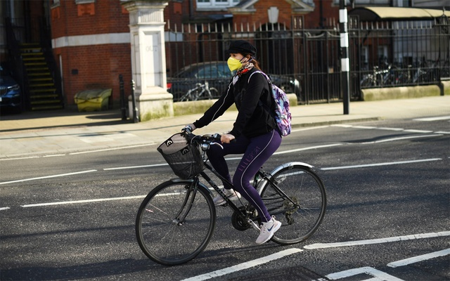 A cyclist wearing a protective mask, as the spread of the coronavirus disease (COVID-19) continues, in London, Britain, Mar 25, 2020. REUTERS