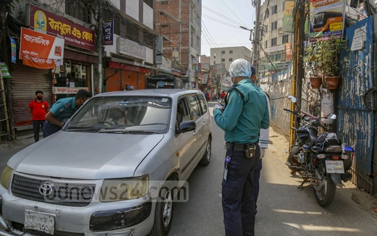 Social distancing, home quarantine and shutdowns have been instructed by the government to halt the spread of coronavirus. Those who got out faced questions from authorities. Police stopped almost all sorts of vehicles and questioned the passengers at Chankharpool intersection on Wednesday. Photo: Mahmud Zaman Ovi
