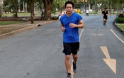 Chakrit Hovatanakul, a pilot with local airline on two months paycut leave from work, runs in Lumphini Park the day before all parks are closed in the city due to the coronavirus disease (COVID-19) outbreak in Bangkok, Thailand, Apr 1, 2020. REUTERS