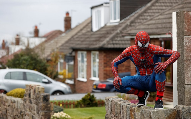 Jason Baird is seen dressed as Spiderman during his daily exercise to cheer up local children in Stockport, as the spread of the coronavirus disease (COVID-19) continues, Stockport, Britain, April 1, 2020. Reuters
