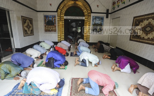 Devotees offered Jumma prayers keeping some distance from each other at Kamalapur Railway Mosque in Dhaka on Friday amid the coronavirus outbreak. Photo: Asif Mahmud Ove