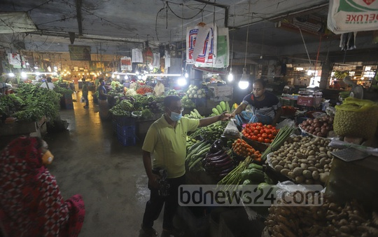 A few shoppers visiting the Taltala kitchen market on Friday as people have been asked to stay at home to stem the coronavirus spread. Photo: Asif Mahmud Ove