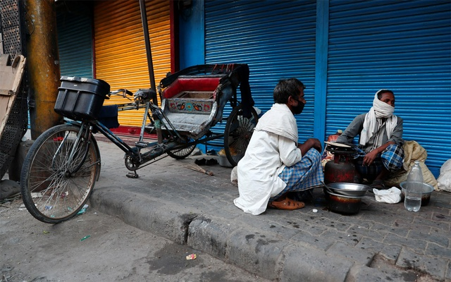 Migrant workers cook food outside shuttered shops at a wholesale market in the old quarters of New Delhi, during a 21-day nationwide lockdown to slow the spreading of the coronavirus disease (COVID-19) in India, April 3, 2020. REUTERS/Adnan Abidi