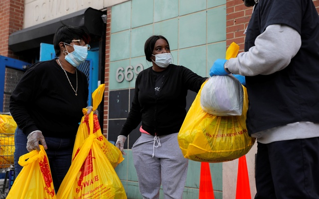 Volunteers with the Central Harlem NYCHA distribute food packs at the Frederick E. Samuel Community Center during the coronavirus disease (COVID-19) outbreak in Harlem, Manhattan, New York City, US, April 2, 2020. Reuters