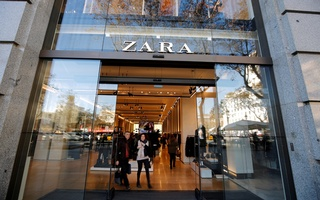 FILE PHOTO: People leave a Zara store, an Inditex brand, in central Barcelona, Spain, December 13, 2016. Reuters