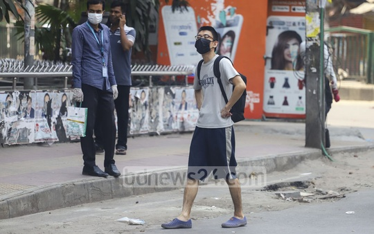 A foreigner walking along the street in Dhaka's Shyamoli amid the nationwide lockdown due to the coronavirus outbreak. Photo: Asif Mahmud Ove
