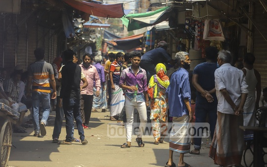 People have been told to maintain social distancing and follow quarantine rules, but the reality inside the Geneva Camp in Dhaka is completely different. Photo: Asif Mahmud Ove