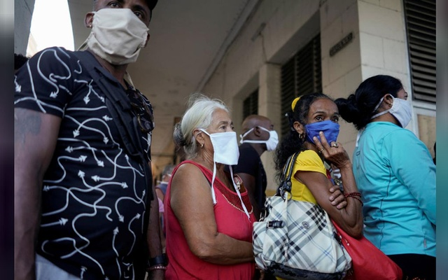 People line up to buy food amid concerns about the spread of the coronavirus disease (COVID-19) outbreak, in downtown Havana, Cuba, Apr 3, 2020. REUTERS