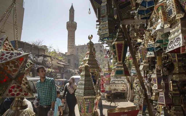 A shop sells Ramadan lanterns in Cairo, Apr 19, 2020. Ramadan, the holy month of fasting, promises to be the strangest ever for Muslims this year as the coronavirus pandemic prompts solitary prayer and stifled celebrations in a shuttered Cairo, a city that, ordinarily, never sleeps. The New York Times