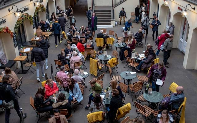 People fill a cafe in London, Mar 14, 2020. The New York Times