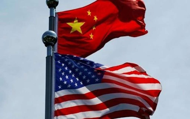 Chinese and US flags flutter near The Bund, before US trade delegation meet their Chinese counterparts for talks in Shanghai, China July 30, 2019. REUTERS