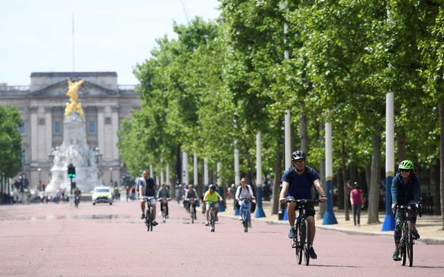 People are seen cycling along the Mall, following the outbreak of the coronavirus disease (COVID-19), London, Britain, May 17, 2020. REUTERS/Toby Melville