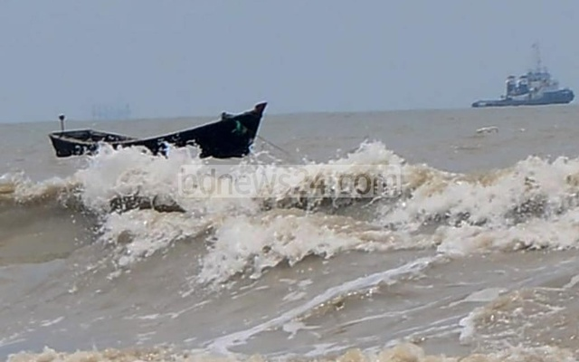 The sea was rough at Patenga beach in Chattogram on Tuesday under the influence of super cyclone Amphan. Photo: Suman Babu